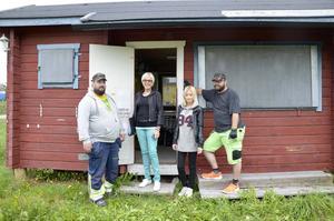 Andreas Viklund, Ulla-Britt Lagergren, Felicia Sätterström och Sven-Erik Nygren från Allas aktivitetshus vid den gamla kiosken som nu ska renoveras.