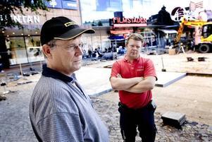BYGGER OM TORGET. På tisdagen påbörjades det enorma pusslet att lägga ut 13 000 granithällar i bestämd ordning på Stortorget i Gävle. Byggledare Berndt Wester och Rune Johansen, norsk stensättare, ser till att ombyggnaden går enligt tidsschemat.
