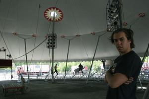 Trolle Rhodin basar över bygget av tältet. Han är barnbarnsbarn till Brazil Jack.