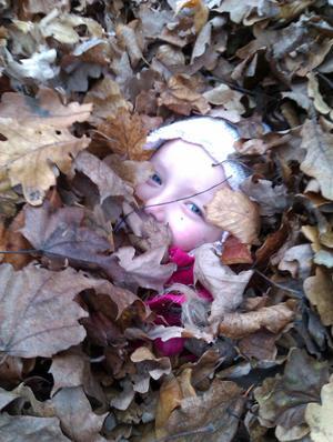 Min älskade dotter Lise Li Fast som gömmer sig under löven..