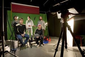 De sista eleverna vid Forsa folkhögskolas filmlinje jobbar med examensarbetet. Bakre raden fr v: Arsen Airapetian, Daniel Bäcklin, Jacob Gustavsson. Längst fram Kim André Jansson och Pontus Dahlgren.