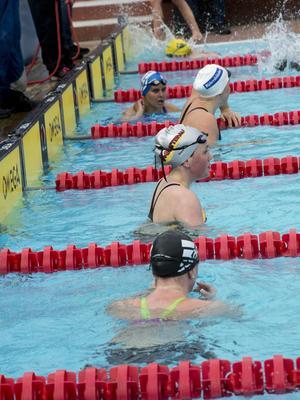Målgång efter damernas final på 50 meter frisim.