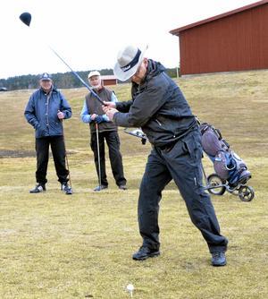 Golfpremiär. Kaj Utter slår säsongens första drive på Nora GK och kompisarna Gunnar Drewes och Ingvar Hultman väntar, minst lika ivriga.