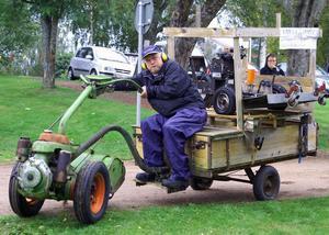 Klurige blomsterhandlaren Lars-Olov Mats anlände på jordfräs men en radiostyrd elgräsklippare, under konstruktion, på flaket.