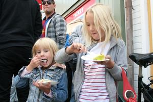 Fanny Söderström och hennes storasyster Tova smaskade i sig av tårtan på Rådmansgatan.FOTO: INGALILL FORSS NORBERG