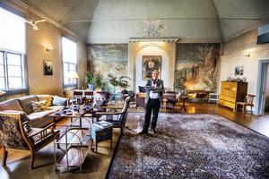Magnus Wetterholm har ett vardagsrum på 100 kvadrat som på sina håll är sju meter högt.