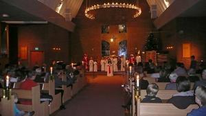 Ansgarskyrkans barnkör firade Lucia på söndag kväll med ett luciatåg i kyrkan.