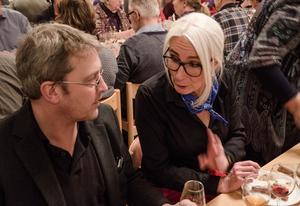 Tommy Hellström i samtal med Lisa Solberger under måltiden.