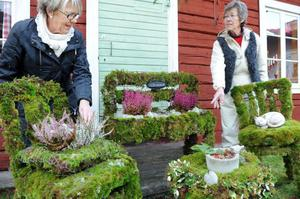 Systrarna Lilian Forsberg och Aina Nilsson har lagt ner massor av tid och energi på möblemanget i mossa.