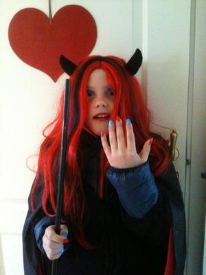 Häxan Markus visar upp sina fina naglar :-) På väg till Ås skolas Påskmaskerad.