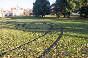 Även vid parken intill City bangolf har någon kört omkring.