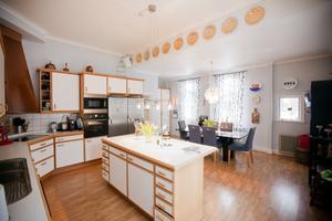 Enormt. Köket bestod tidigare av flera rum. Men nu finns här gott om plats för både matlagning och gäster.