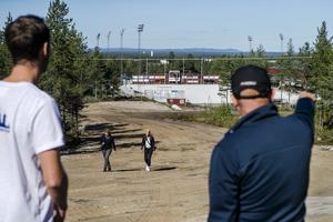 Anders Södergren och banchef Ulf Olsson blickar ut mot det som ska byggas upp till en tilfällig skidstadio under SM-veckan.