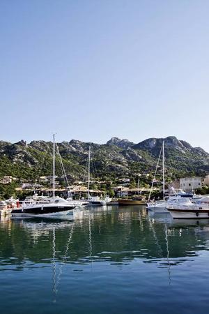 Hamnen i Porto Cervo på Sardinien är en av Europas yachttätaste sommartid.