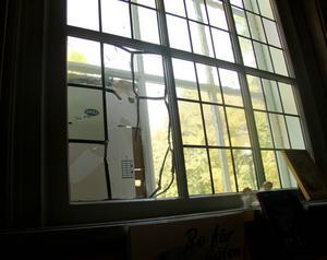 På fem av de sex rutor som krossades på kyrkan gick även den för kyrkfönster speciella blyramen sönder.