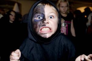 """Arrrgh. Sixten, 8, ger ifrån sig sitt värsta monsterljud. """"Det är kul!"""", säger han."""