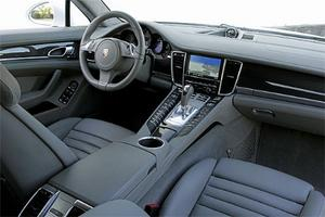 Det märks att Porsche försöka göra en förarmiljö som både ska tilltala sportvagnspuritaner och traditionella lyxbilsköpare. Kvalitetsintrycket är massivt.