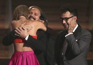 Låtskrivaren Jack Antonoff ser på när Taylor Swift kramar om Max Martin.