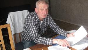 Utan ersättning. I fem månader har Jan Karlsson, Borgåsund, varit utan ersättning och i stället hamnat mellan stolarna när inte försäkringskassan och arbetsförmedlingen kan komma överens.