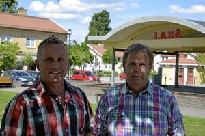 Två kluster. Bröderna Pär och Stefan Jinnestrand tror på två kluster med handel i Laxå. Vid torget i Laxå centrum och vid E 20. Foto: Tove Svensson