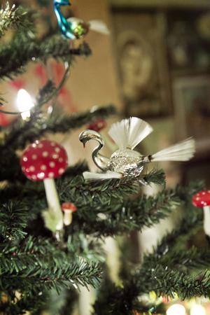 Flugsvampar och fåglarna med borst som svans och vingar hör till favoritpyntet i granen.