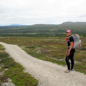 Tårarna kommer för Christine Hägglund när slutmålet, STFs fjällstation kan skymtas ner i fjällbjörkskogen.