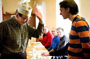 Omvända roller. Kjell Kampe tog i fantasin med sig deltagarna på en resa till TadzMbekistan, en inlevelseövning i vad byte av språk och kultur kan innebära. Här var det omvända roller som gällde. Kjell Kampe agerade flyktingmottagare för svenskar med kulturkrockar och språkförbistring.