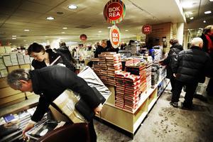 I morgon, onsdag, börjar årets rea i den fysiska bokhandeln. Även nätbokhandeln Adlibris har i år en egen butik på Regeringsgatan i Stockholm.