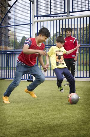 Under veckan har barnen bjudits på en blandning av lek, spel och träning med fotboll av ledarna från HuFF.