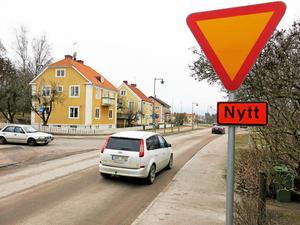 Lämna företräde. Bilister på Vargbogatan har väjningsplikt. Adelsögatan till vänster är bussgata.