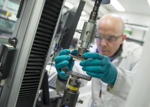Alla limfogar testades i en dragprovare för att ta reda på hur mycket kraft som krävs för att dra isär lagningarna.  Foto: Anna Sigge