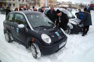 Den norskbyggda elbilen Think har 332 000 svenska kronor på prislappen. Nyfikenheten på bilen var stor i Bräcke. Foto: Ingvar Ericsson