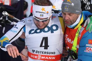 Emil Jönsson får hjälp att ta sig bort ur tävlingsbanan efter att han skadat sig illa i sin kvartsfinal. VM-äventyret är därmed över innan det ens börjat.