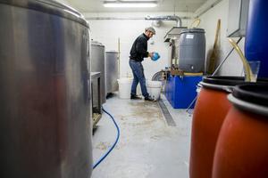 Bryggeriet håller till i ett gammalt stall hemma på hans gård i Grängsjö.