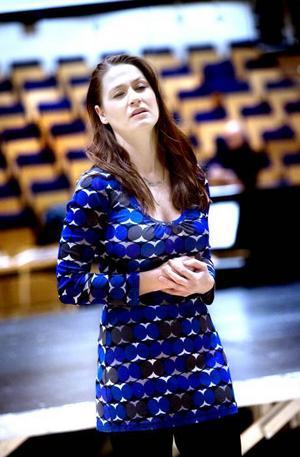 AUDITION. Maria Hintze, 33, från Stockholm, provsjöng i går för en roll   i La Traviata. Hon bjöd på Desdemonas aria och Porgi amor.