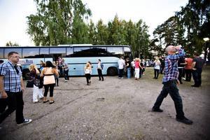 För den som kanske ville svalka sig med en öl mellan pauserna gick det bra att lämna bilen hemma. Bussar från Gävle och Sandviken körde under kvällen danssugna till och från Ön i Hedesunda.
