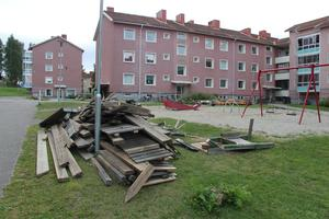 Timråbo har rivit upp delar av lekparken på Södra Köpmangatan. Kvar ligger nu brädor med spik i.