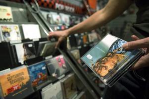 Snart ett minne blott. Cd-skivan har dödförklarats förr, men nu är Spotify på väg att etablera sig som skivbolagens enskilt viktigaste återförsäljare.