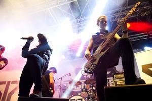 Den 17 augusti hålls årets upplaga av rockfestivalen Rock On The Docks Festival i Örnsköldsvik och Örebrobandet Smash Into Pieces charmar en hänförd publik.