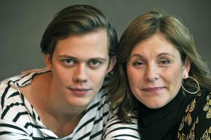 Bill Skarsgård spelar huvudrollen Simon och Helen Sjöholm är modern Karin i Lisa Ohlins filmatisering av Simon och Ekarna – ett drama som fokuserar på hur nazismens syn på judar påverkade Sverige under andra världskriget.