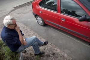 Tommy Karlsson har tid för en pratstund medan bilen gås igenom.