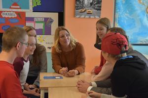 Johanna Jaara Årstrand i mitten tillsammans med delar av Geneskolans elevråd. Från höger: Jenny Lindström, Alba Thelin, Pontus Westman, Linus Olsson, Lina Johansson och Emma Norberg.