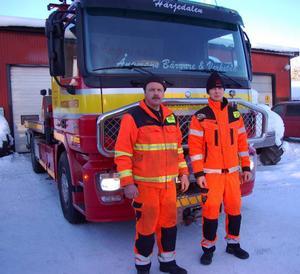 Bilbärgarna Hasse Andersson och Lars-Johan Ångman har haft rekordmånga jobb i den stränga kylan de senaste veckorna. Inte mindre än 150 bärgningar av bilar.Foto: Leif Eriksson