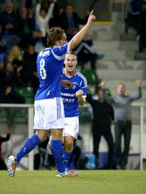 Kevin Walker har prickat in matchavgörande 21. 1o-skytten Rúnar Sigurjónsson är förste man att gratulera