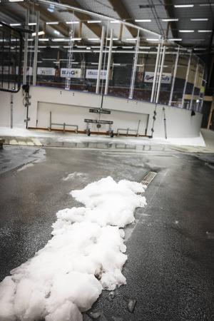Avloppen som ska fånga upp vattnet när isen på planen smälts är begränsad. Därför har förråd översvämmats.