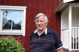 Erland Ranebo håller koll på konstvärlden från gården i Trogsta. Nyfikenheten driver honom att lära sig mer om konstnärer och deras liv och verk.