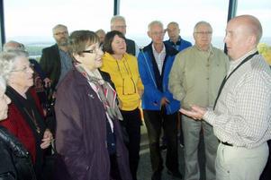 Conny Gradin informerade en del av deltagarna i Centerns ceniorgrupp vid besöket i flygledartornet.