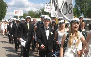 I samlad trupp marscherade årets studenter genom Malungs centrum-FOTO: ROLF JOHANSSON