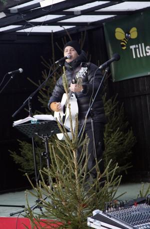 Markus Molin var konferencier och underhöll med bland annat sång och musik.