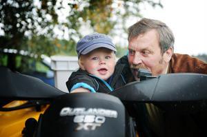 farfar jan Hedin och lille Theo Hedin fastnade för både häst och fyrhjuling.